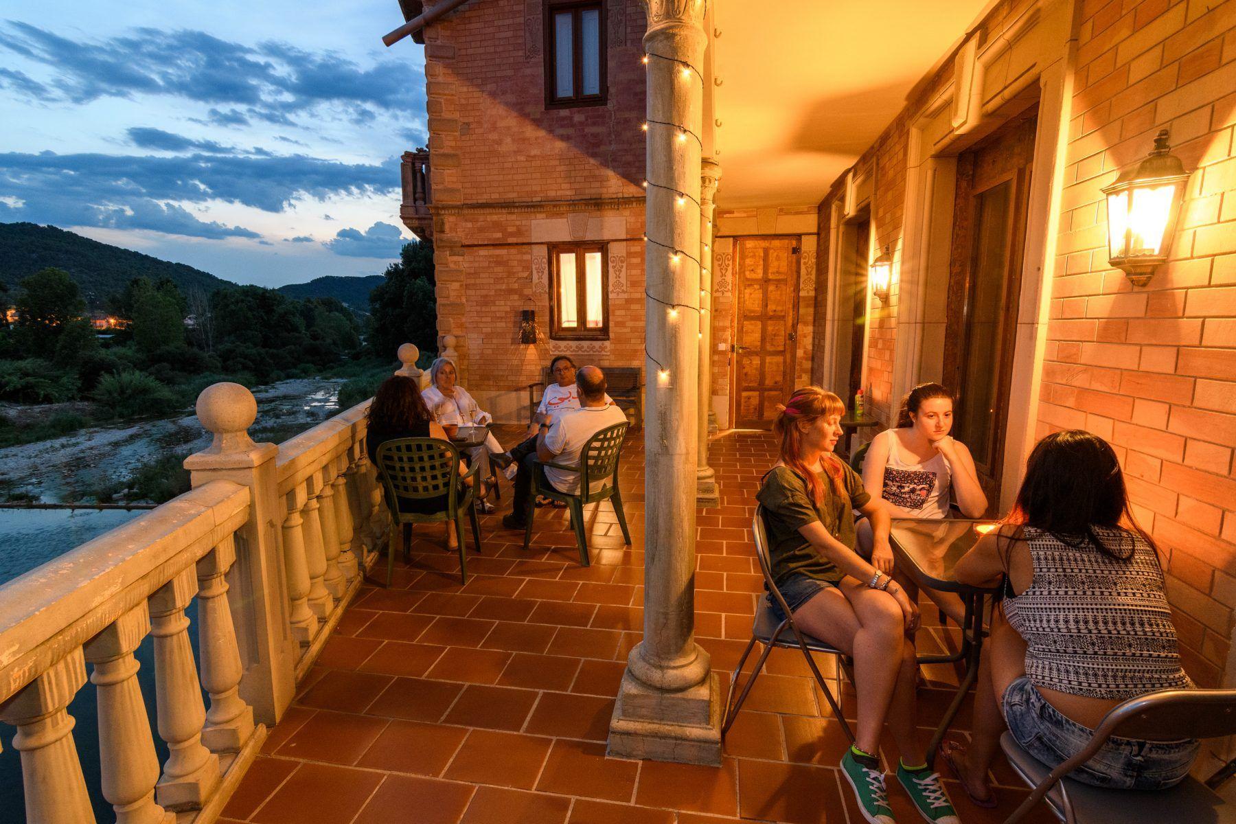 Terraza romántica y con encanto con vistas al Matarraña a su paso por Valderrobres.